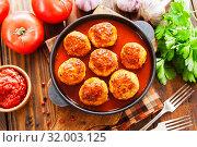 Купить «Фрикадельки в соусе на столе», фото № 32003125, снято 26 июня 2019 г. (c) Надежда Мишкова / Фотобанк Лори