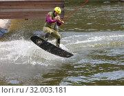 Купить «Мужчина на вейкборде выполняет прыжок», фото № 32003181, снято 28 июля 2019 г. (c) Наталья Николаева / Фотобанк Лори
