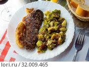 Купить «Entrecote with vegetable garnish», фото № 32009465, снято 14 июня 2019 г. (c) Яков Филимонов / Фотобанк Лори