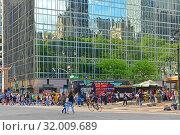 HBO Building. Ground floor is occupied by Sprint wireless store, Starbucks coffee, Sunglass Hut, Hale & Hearty restaurant, and GNC; subway entrance. Manhattan, New York City (2019 год). Редакционное фото, фотограф Валерия Попова / Фотобанк Лори