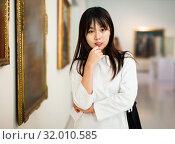 Купить «Portrait of chinese young woman near picture collection in the museum», фото № 32010585, снято 27 января 2020 г. (c) Яков Филимонов / Фотобанк Лори