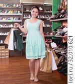 Shopper is showing new purchases in showroom. Стоковое фото, фотограф Яков Филимонов / Фотобанк Лори