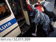 Купить «Сотрудники ОМОНа производят личный досмотр задержанного во время несанкционированной акции оппозиции в Лубянском проезде в центре города Москвы, Россия, 10 августа 2019», фото № 32011509, снято 10 августа 2019 г. (c) Николай Винокуров / Фотобанк Лори