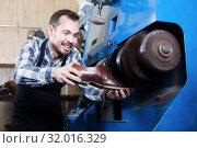 Worker working with tools for fixing in shoe repair. Стоковое фото, фотограф Яков Филимонов / Фотобанк Лори