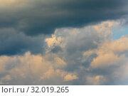 Купить «Бесподобные летние золотистые облака на небе. Натуральный природный фон, мягкий фокус», фото № 32019265, снято 12 августа 2019 г. (c) А. А. Пирагис / Фотобанк Лори