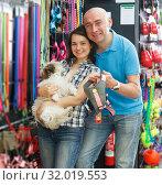 Купить «couple looking new collar for dog», фото № 32019553, снято 7 мая 2018 г. (c) Яков Филимонов / Фотобанк Лори