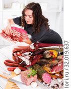 Купить «Woman stands with smoked products», фото № 32019637, снято 21 августа 2019 г. (c) Яков Филимонов / Фотобанк Лори