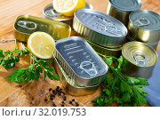 Unlabeled tin cans on table. Стоковое фото, фотограф Яков Филимонов / Фотобанк Лори