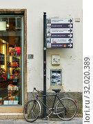 Купить «Bicycle near guide sign in Genoa», фото № 32020389, снято 6 июля 2019 г. (c) Роман Сигаев / Фотобанк Лори