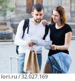 Купить «Emotional man and woman traveling with map and baggage», фото № 32027169, снято 25 мая 2017 г. (c) Яков Филимонов / Фотобанк Лори