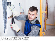 Craftsperson is upkeeping the wiring. Стоковое фото, фотограф Яков Филимонов / Фотобанк Лори