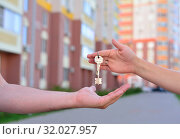 Продажа квартиры в новом доме. Девушка передает ключи парню. Стоковое фото, фотограф Арестов Андрей Павлович / Фотобанк Лори