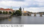 View of Prague old town and Charles Bridge (2017 год). Стоковое видео, видеограф Anton Eine / Фотобанк Лори