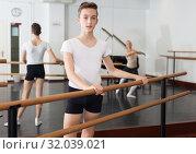 Купить «Young dancer looks at the dancing woman choreographer», фото № 32039021, снято 26 апреля 2019 г. (c) Яков Филимонов / Фотобанк Лори