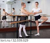 Купить «Young artist learns to dance ballet», фото № 32039029, снято 26 апреля 2019 г. (c) Яков Филимонов / Фотобанк Лори