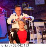 Купить «Moderatorin Inka beim Retro Friseur Peter Müller in der MDR-Show», фото № 32042153, снято 5 июня 2020 г. (c) age Fotostock / Фотобанк Лори