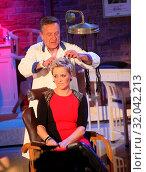 Купить «Moderatorin Inka beim Retro Friseur Peter Müller in der MDR-Show», фото № 32042213, снято 5 июня 2020 г. (c) age Fotostock / Фотобанк Лори