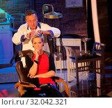 Купить «Moderatorin Inka beim Retro Friseur Peter Müller in der MDR-Show», фото № 32042321, снято 5 июня 2020 г. (c) age Fotostock / Фотобанк Лори