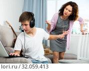 Teenager boy addicted with laptop. Стоковое фото, фотограф Яков Филимонов / Фотобанк Лори