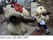 Detail of the huge cowbells worn by the Joaldunak participants in the Ituren Carnival (Navarra). (2019 год). Редакционное фото, фотограф Joaquín Gómez / age Fotostock / Фотобанк Лори