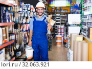 Купить «master with picked paint and brushes», фото № 32063921, снято 13 сентября 2017 г. (c) Яков Филимонов / Фотобанк Лори