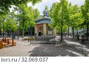 Купить «Brunnenhof with confessional chapel of the Marienbasilika, Kevelaer, North Rhine-Westphalia, Germany», фото № 32069037, снято 5 мая 2019 г. (c) Caro Photoagency / Фотобанк Лори