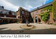 Купить «Brunnenhof with confessional chapel of the Marienbasilika, Kevelaer, North Rhine-Westphalia, Germany», фото № 32069045, снято 5 мая 2019 г. (c) Caro Photoagency / Фотобанк Лори