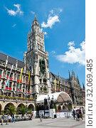 Туристы на площади Мариенплац рядом с Новой ратушей (Neues Rathaus). Летний солнечный день. Мюнхен. Бавария. Германия (2019 год). Редакционное фото, фотограф E. O. / Фотобанк Лори