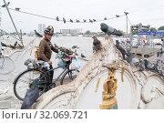Купить «The chao phraya river at the Wat Kalayanamit at Bangkok Noi in Thonburi in the city of Bangkok in Thailand. Thailand, Bangkok, November, 2017», фото № 32069721, снято 17 февраля 2020 г. (c) age Fotostock / Фотобанк Лори