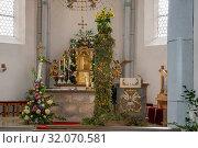 Die Kräutersäule zu Maria Himmelfahrt (15. August) in der Pfarrkirche Mariä Himmelfahrt in Anger. Стоковое фото, фотограф RoHa-Fotothek Fürmann / age Fotostock / Фотобанк Лори