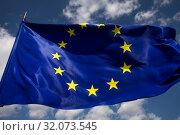 Купить «Флаг Европейского Союза развевается на ветру», фото № 32073545, снято 24 августа 2019 г. (c) Николай Винокуров / Фотобанк Лори