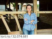 Купить «Tired farm worker stands near the corral», фото № 32074681, снято 23 января 2020 г. (c) Яков Филимонов / Фотобанк Лори