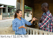 Angry woman quarreling with her afro-american male neighbor. Стоковое фото, фотограф Яков Филимонов / Фотобанк Лори