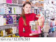 buyer is standing with purchases for hair. Стоковое фото, фотограф Яков Филимонов / Фотобанк Лори