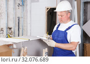 Купить «Contractor planning building work», фото № 32076689, снято 28 мая 2018 г. (c) Яков Филимонов / Фотобанк Лори