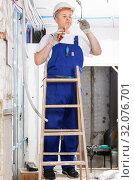 Купить «Experienced electrician laying electric wires in building under construction», фото № 32076701, снято 28 мая 2018 г. (c) Яков Филимонов / Фотобанк Лори