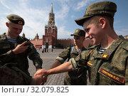 Купить «Москва, дембеля на Красной Площади», эксклюзивное фото № 32079825, снято 22 июня 2019 г. (c) Дмитрий Неумоин / Фотобанк Лори