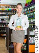 Купить «Salesgirl suggesting perfume on tap», фото № 32082261, снято 24 апреля 2018 г. (c) Яков Филимонов / Фотобанк Лори