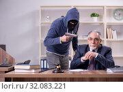 Купить «Young mobster threatening old judge», фото № 32083221, снято 23 апреля 2019 г. (c) Elnur / Фотобанк Лори