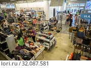 Excited shoppers in the newly opened Nordstrom Rack off-price store in the Empire Outlets mall in Staten Island in New York on Saturday, July 6, 2019. (© Richard B. Levine). Редакционное фото, фотограф Richard Levine / age Fotostock / Фотобанк Лори