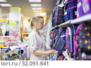 middle school girl choosing portfolio in store. Стоковое фото, фотограф Дарья Филимонова / Фотобанк Лори