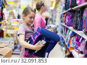 girls in store at counter with briefcases for school. Стоковое фото, фотограф Дарья Филимонова / Фотобанк Лори
