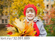 Купить «Girl in hat with autumn leaves on street.», фото № 32091889, снято 21 сентября 2019 г. (c) Дарья Филимонова / Фотобанк Лори