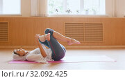 Купить «Young slim woman lying on the back in lotus position», видеоролик № 32092425, снято 29 мая 2020 г. (c) Константин Шишкин / Фотобанк Лори