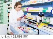 Купить «Pharmacist looking medicines in lockers», фото № 32099901, снято 26 марта 2018 г. (c) Яков Филимонов / Фотобанк Лори
