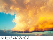 Купить «Небесный закатный пейзаж. Золотое небо. Golden dramatic sky background - picturesque colorful clouds lit by sunlight. Vast sky landscape panoramic scene, colorful sky view», фото № 32100613, снято 25 мая 2019 г. (c) Зезелина Марина / Фотобанк Лори