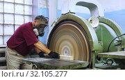 Worker grinds wooden block on grinding machine. Стоковое видео, видеограф Яков Филимонов / Фотобанк Лори