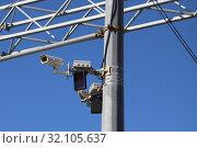 Купить «Камера видеонаблюдения и система контроля скорости автомобильного движения на опоре над автотрассой. Самара», фото № 32105637, снято 19 апреля 2019 г. (c) Ekaterina M / Фотобанк Лори