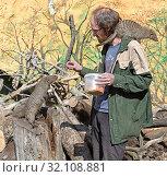 Купить «Moscow zoo. Zookeeper feeds Banded mongoose (Mungos mungo)», фото № 32108881, снято 29 августа 2019 г. (c) Валерия Попова / Фотобанк Лори