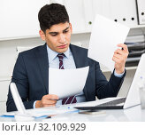 Office worker is reading documents about the transaction. Стоковое фото, фотограф Яков Филимонов / Фотобанк Лори